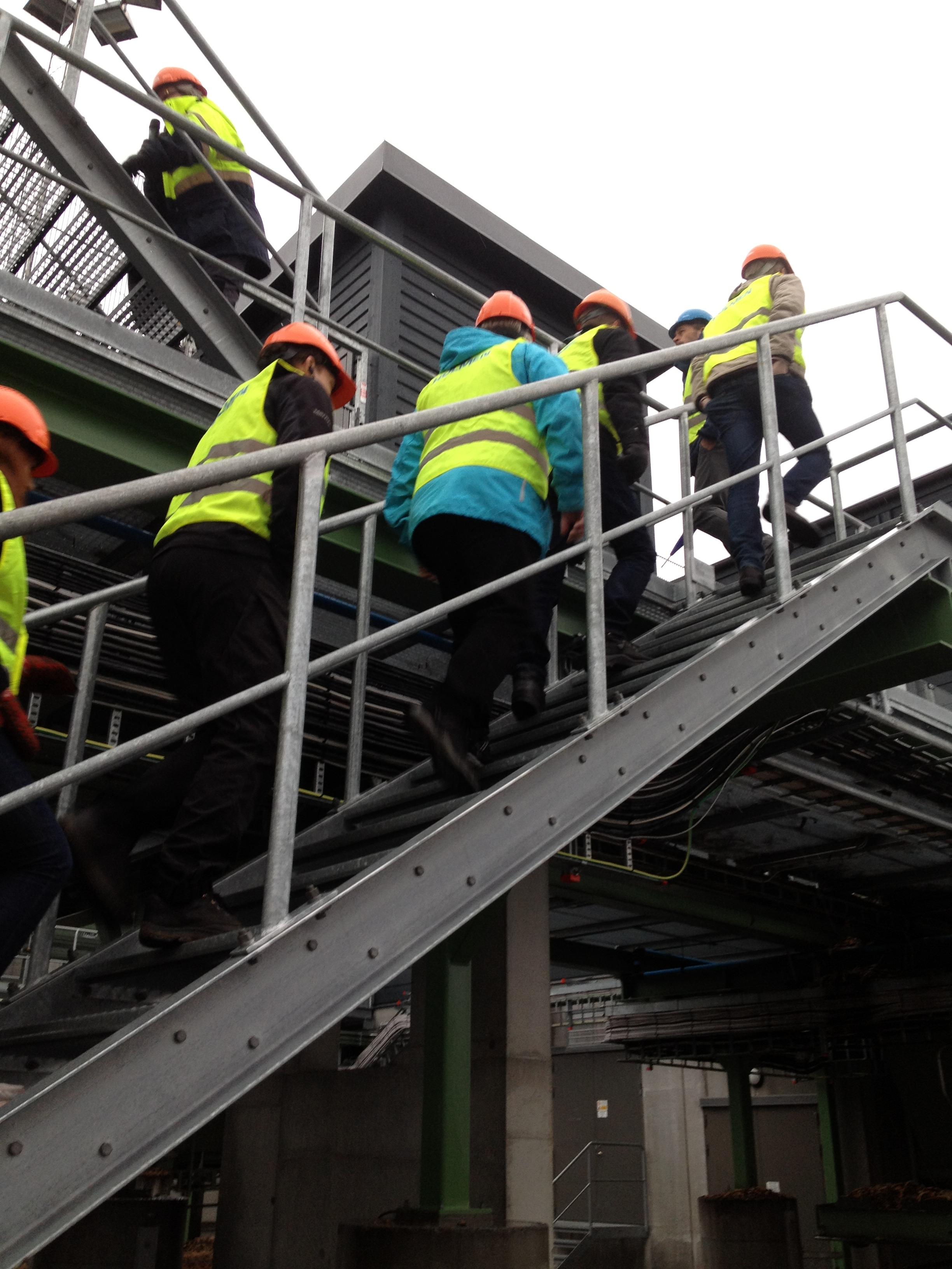 På besök på Bravikens sågverk med Holmens introduktionsprogram.